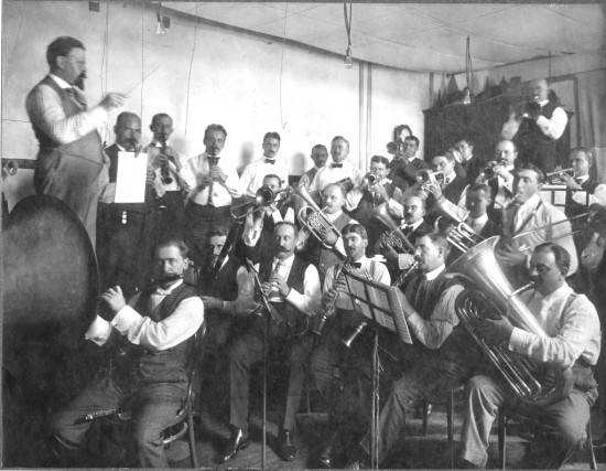 Eugene Rose (front) at a recording session (ca. 1908)